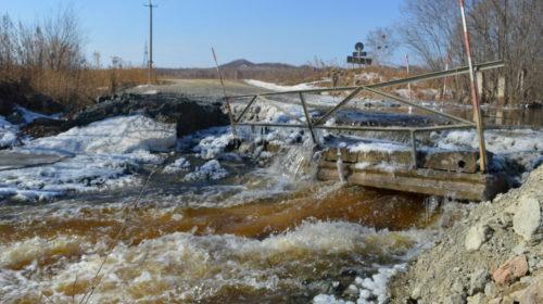 Талые воды смывают мост